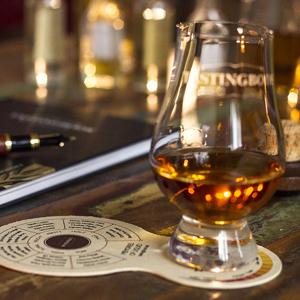 TASTINGBOOK-Tool mit Whisky und Buch